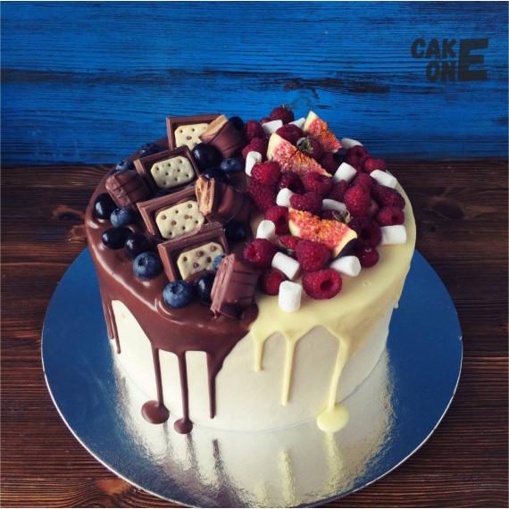Торт с ягодой и конфетами