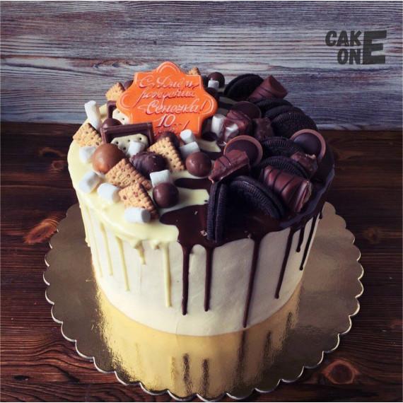 Торт на 10 лет с конфетами и печеньем