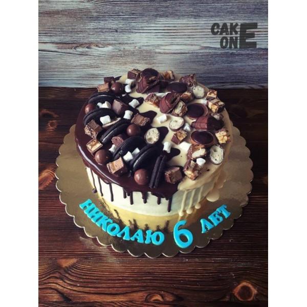 Торт с конфетами и печеньем
