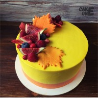 Желтый торт с осенними листьями