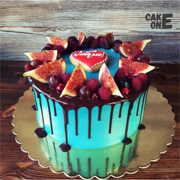 Голубой торт с пряничным сердцем