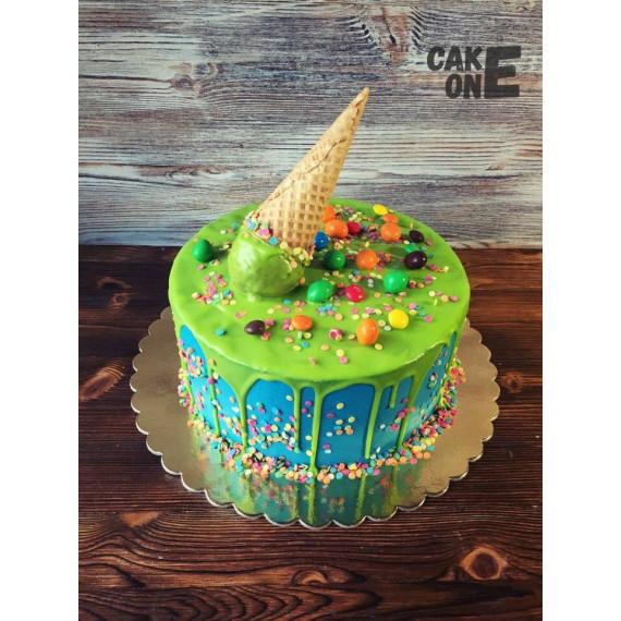 Торт с зеленой глазурью и вафельным рожком