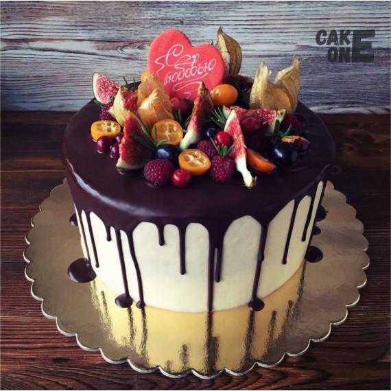 Торт с красным сердцем и ягодой