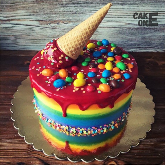 """Разноцветный торт с вафельным рожком и """"M&M's"""""""