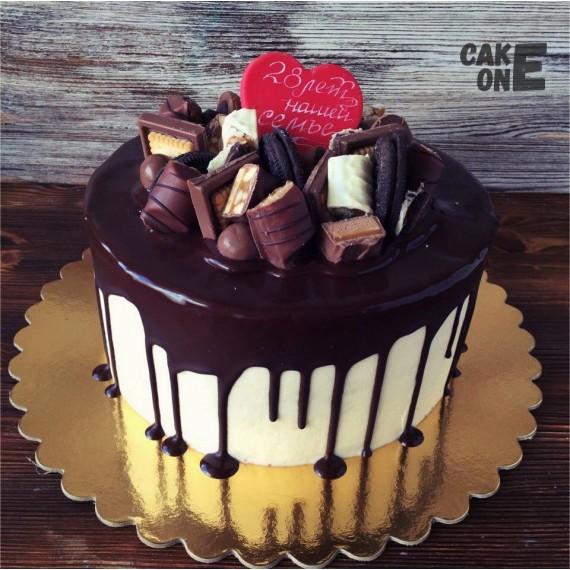 Торт с красным сердцем и конфетами