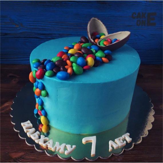 Торт с шоколадным яйцом и цветным дражже