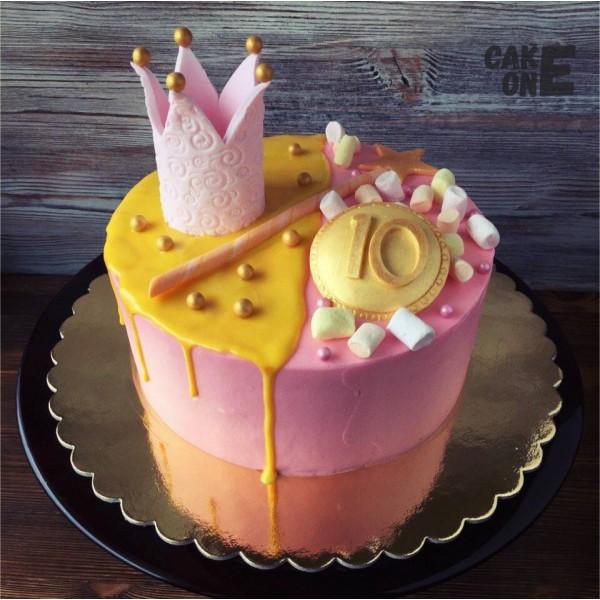 Торт на 10 лет с короной и волшебной палочкой