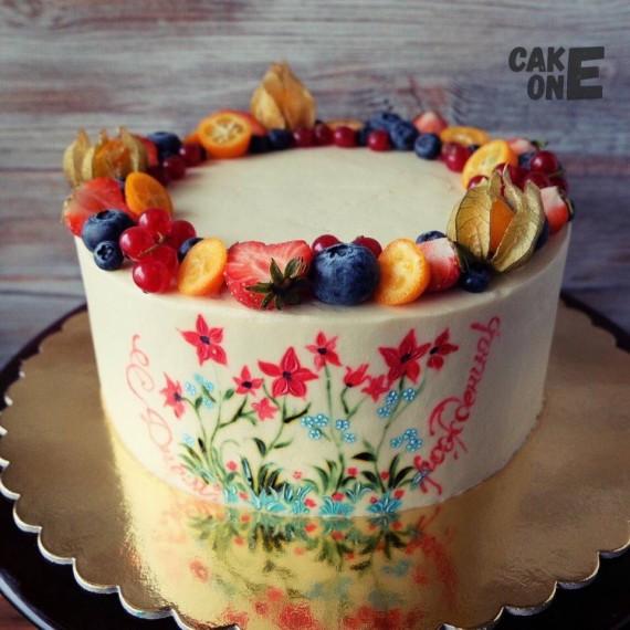 Торт с нарисованными цветами