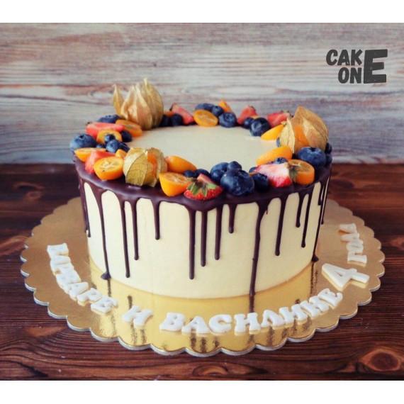 Торт на 4 года в ягодным венком