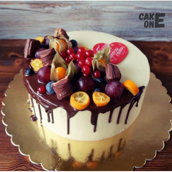 Торт с сердцем и ягодой