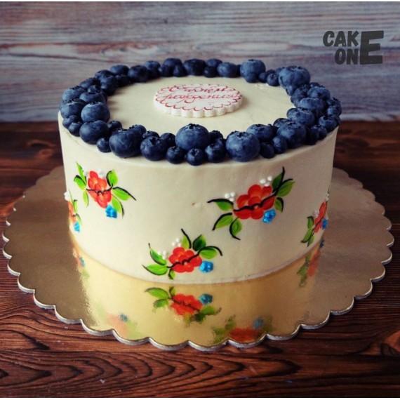 Торт с нарисованными цветами и черникой