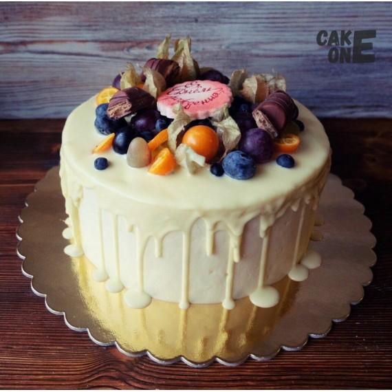 Торт с белой глазурью и фруктами