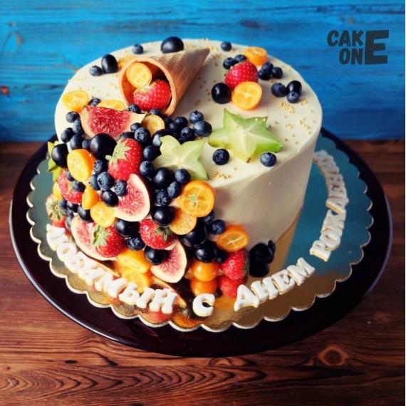 Торт с вафельным рожком и фруктами
