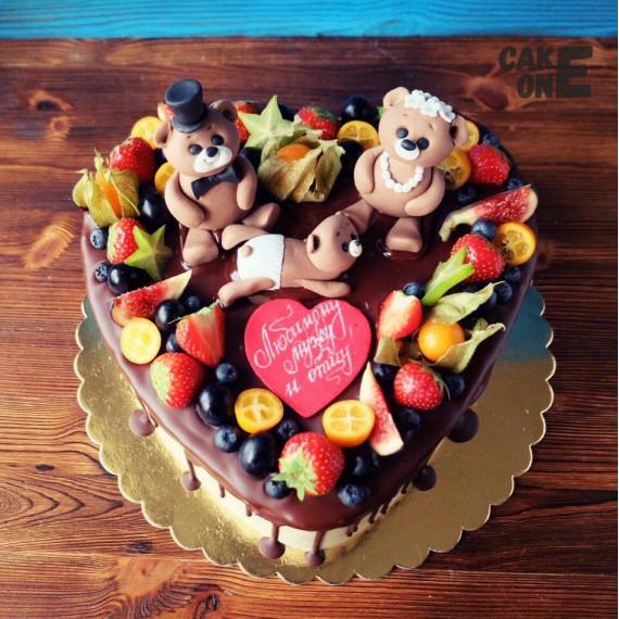 Торт в форме сердца с семьей медведей