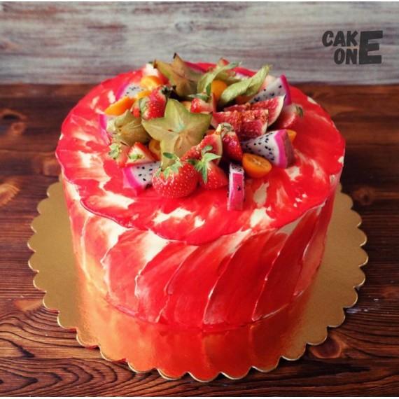 Красный торт с фруктами