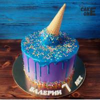Сиреневый торт с голубой глазурью и вафельным рожком