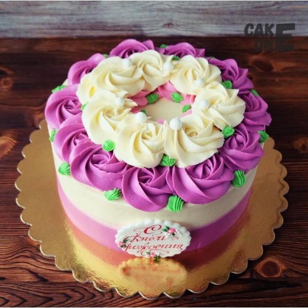Двухцветный торт с венком из цветов