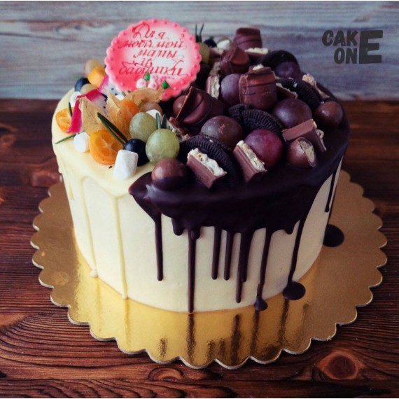 Торт для мамы с конфетами и фруктами