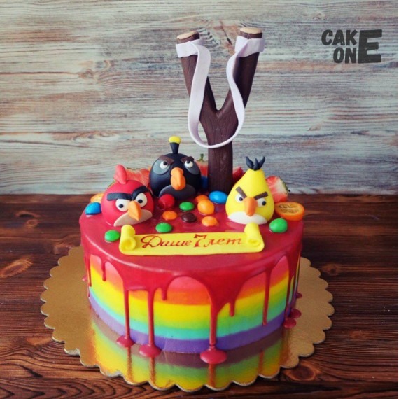 """Разноцветный торт с """"Энгри Бёрдс"""""""