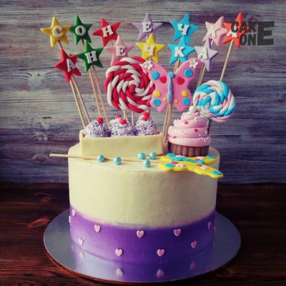 Торт с капкейками и разноцветным украшением