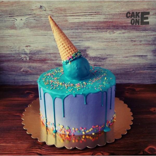 Торт с голубой глазурью и вафельным рожком