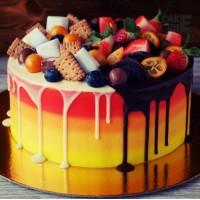 Красно-желтый торт со сладостями