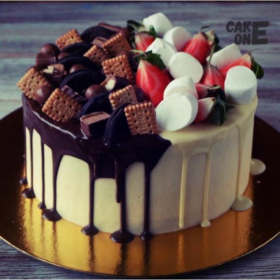 Бело-коричневый торт со сладостями
