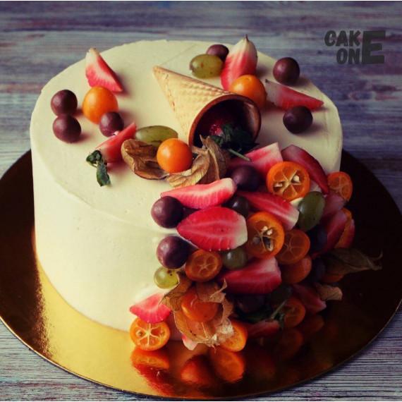 Белый торт с вафелным рожком