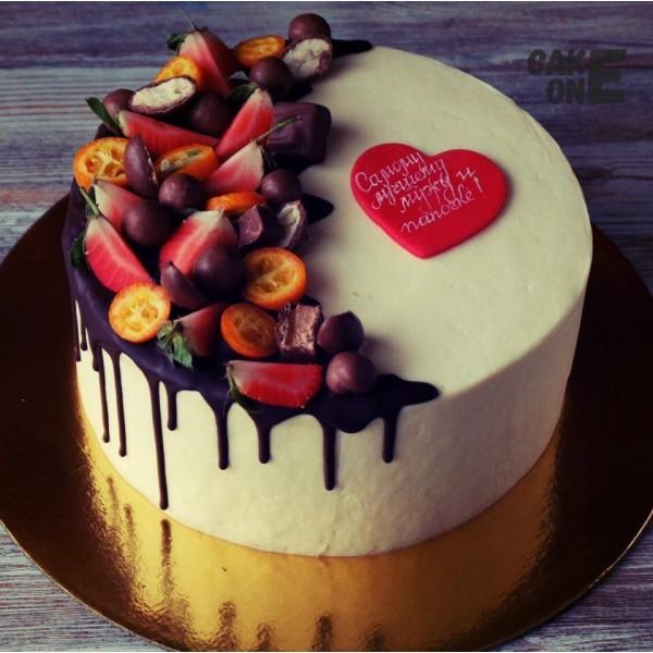 Белый торт с красным сердцем