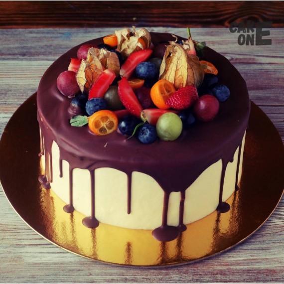 Торт с фруктами на шоколадной глазури