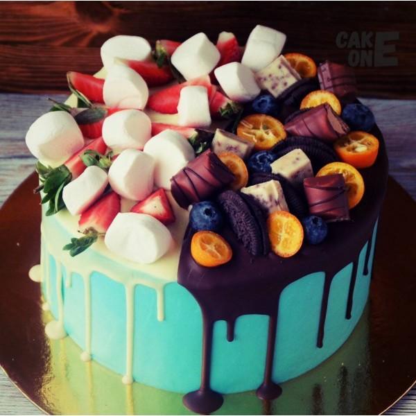 Голубой торт со сладостями