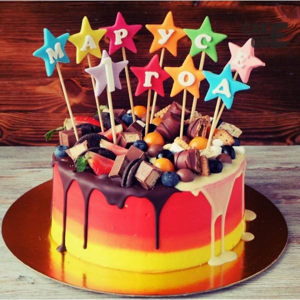 Желто-красный торт с разноцветными звездами
