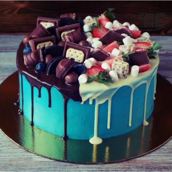 Голубой торт с конфетами и ягодой