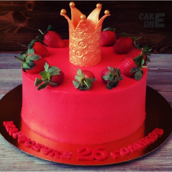 Красный торт с золотой короной