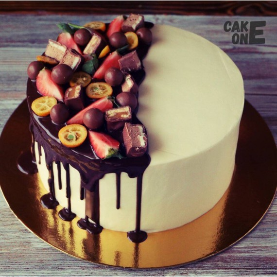 Белый торт со сладостями