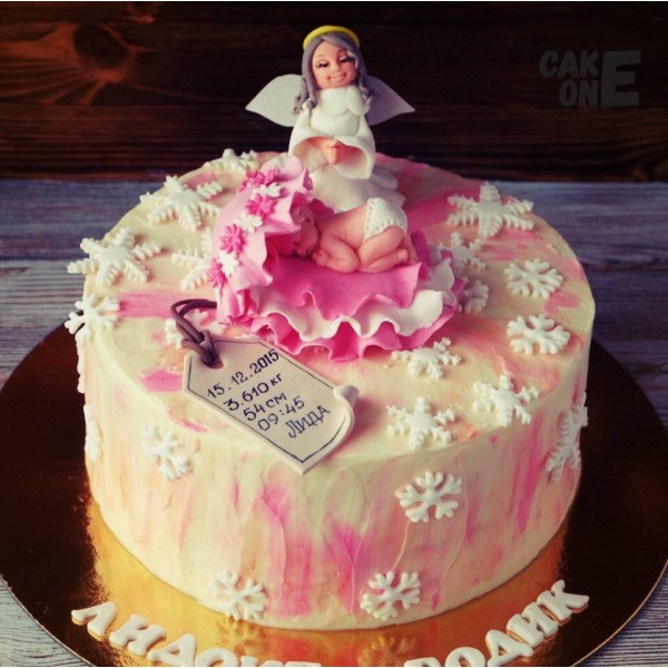 Торт-метрика с ангелом и младенцем в розовой раковине
