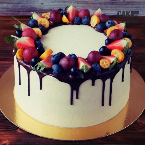 Белый торт с венком из ягод