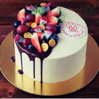 Торт на юбилей с ягодой