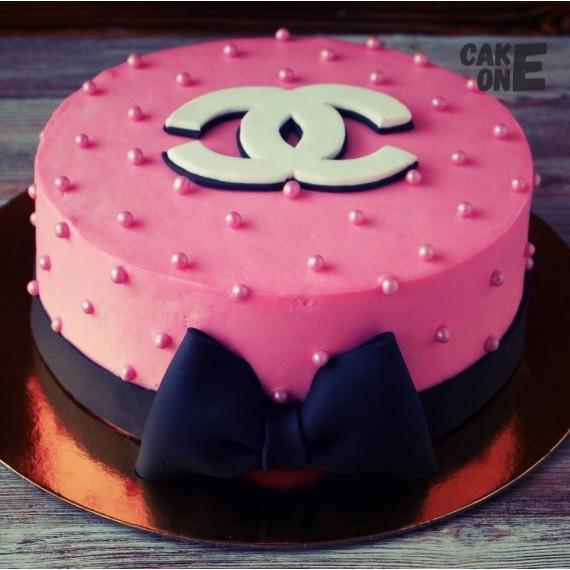 """Торт с эмблемой """"Chanel"""" и черным бантом"""
