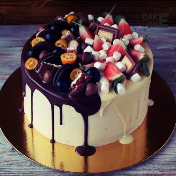 Торт с фруктами и сладостями