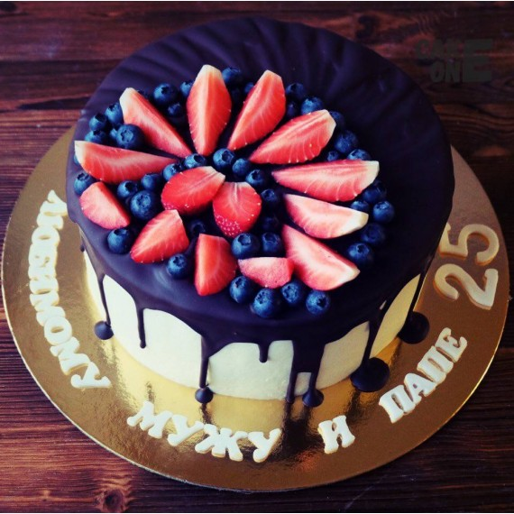 Белый торт с шоколадной глазурью на юбилей