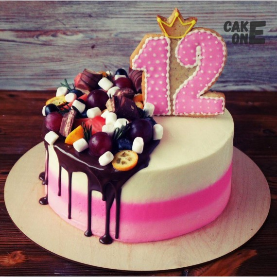 Торт с пряником в виде цифры 12