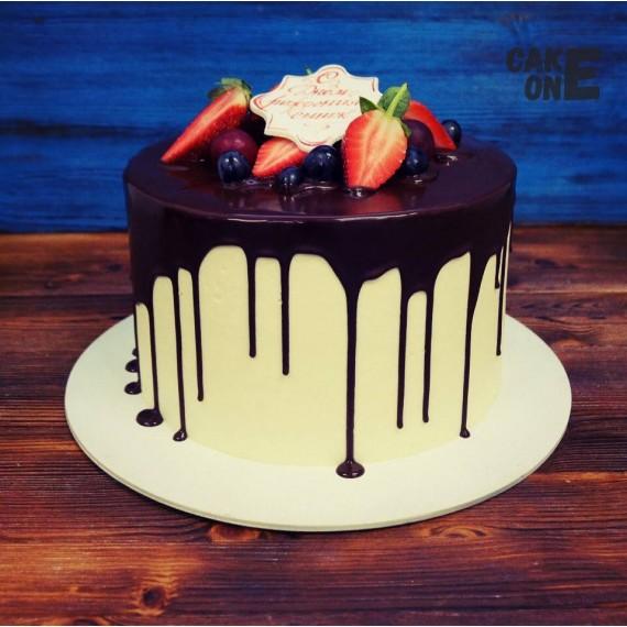 Высокий белый торт с шоколадной глазурью