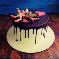 Высокий белый торт с красным сердцем