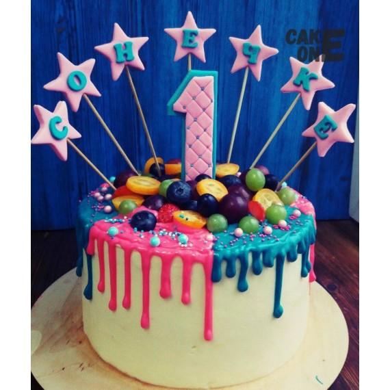 Белый торт с цветной глазурью и звездами на 1 год