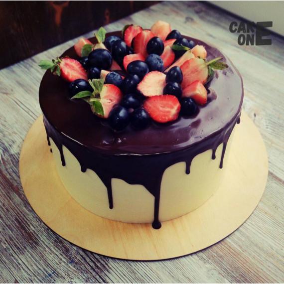 Белый торт с шоколадной глазурью