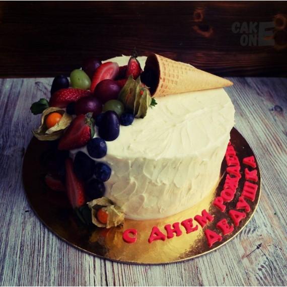 Торт с вафельным рожком и ягодой