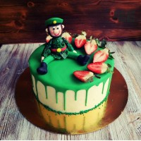 Торт с зеленой глазурью и солдатиком