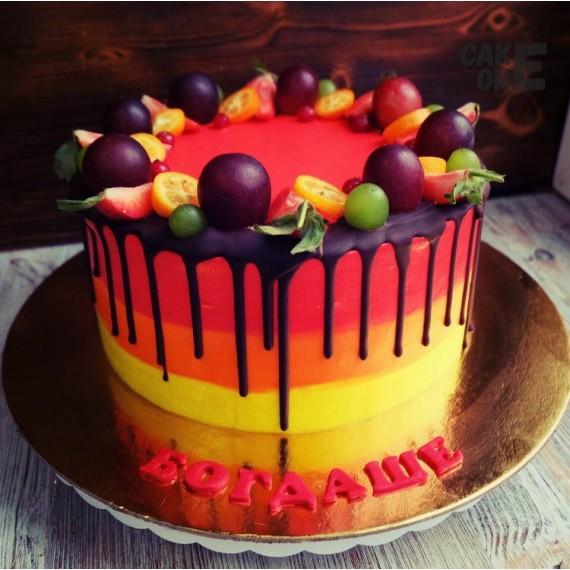 Трехцветный торт с венком из ягод