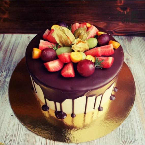 Торт с глазурью и ягодами